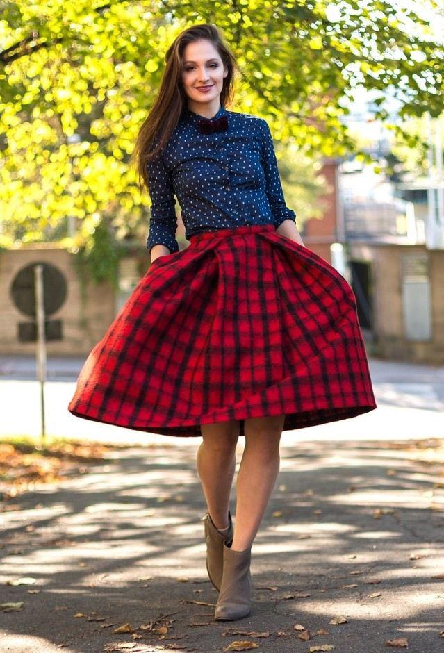 Kostkovaná sukně s modrou halenkou