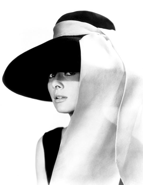 Herečka Audrey Hepburn v klobouku