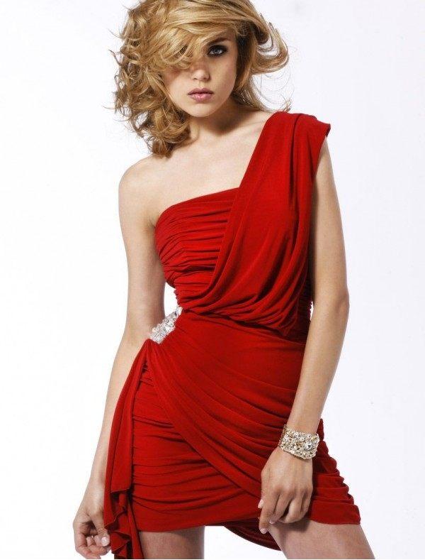 rudé šaty se sponou na večírek