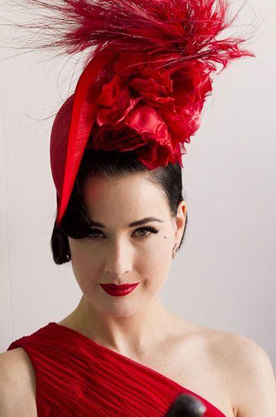 Červený klobouk s květinou