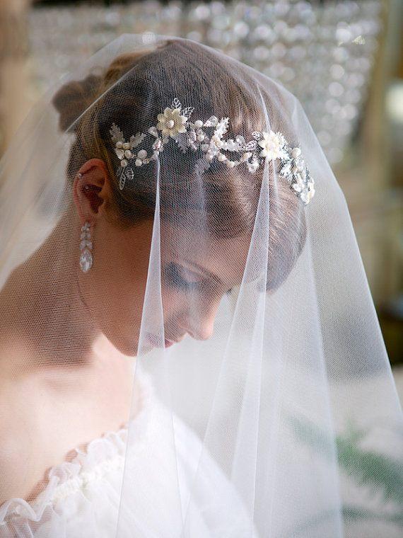 Svatební čelenka pod závojem