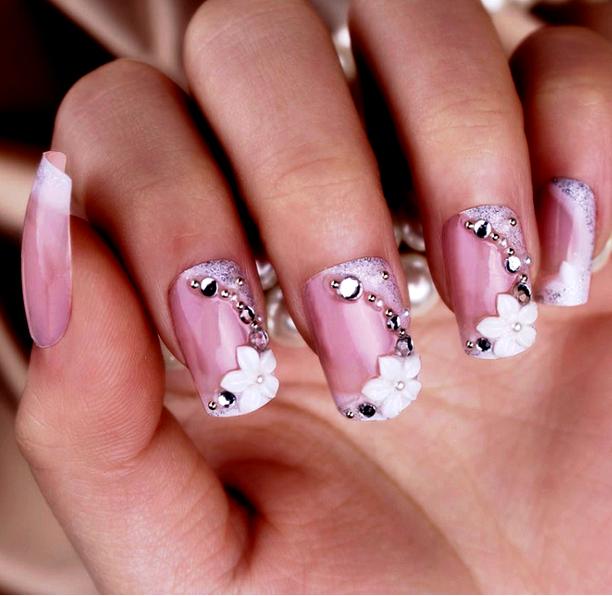 Zdobené nehty s kamínky a bílými květinami