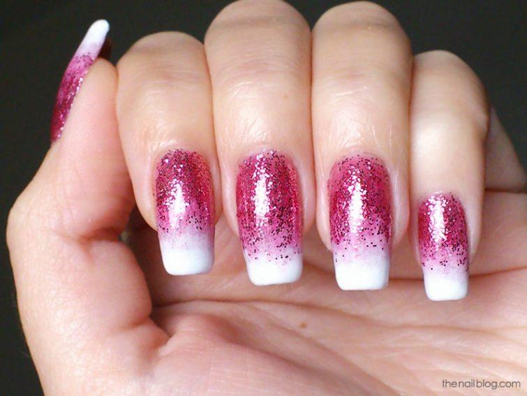 růžové třpytky na nehty