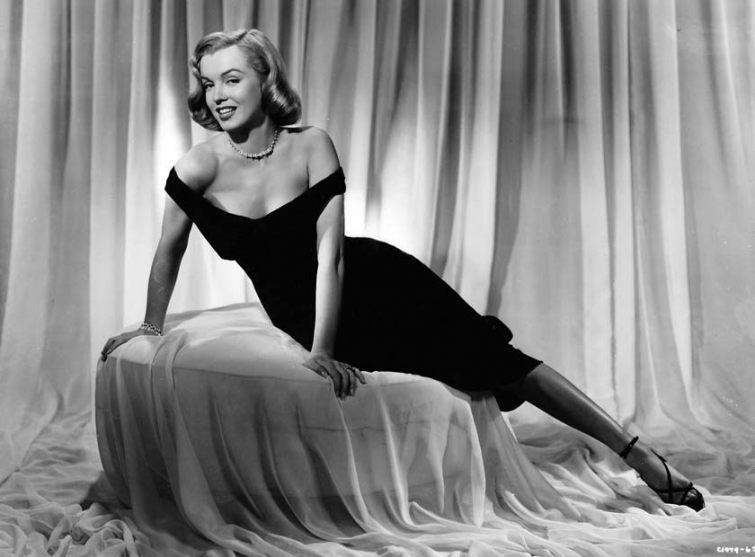 Marilyn Monroe v černých svůdných šatech - koktejlkách