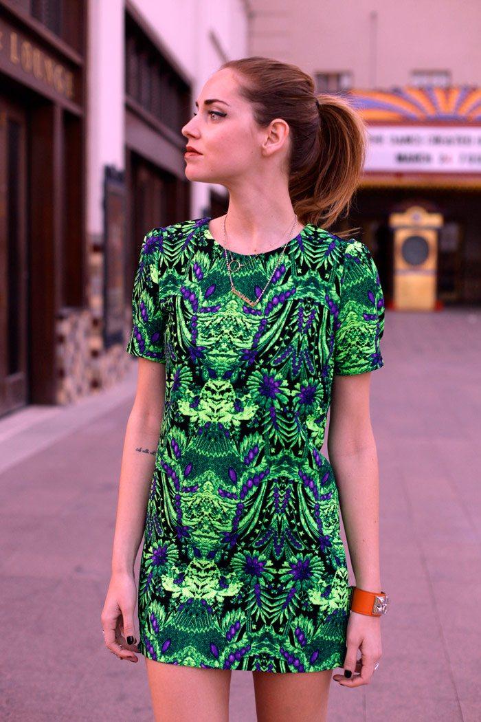 šaty v barvě roku 2017