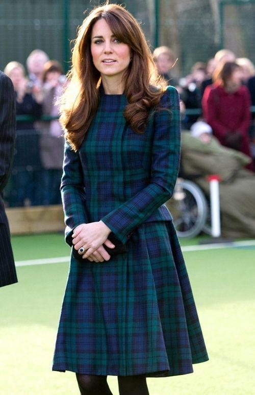 vévodkyně Kate v tartanových šatech