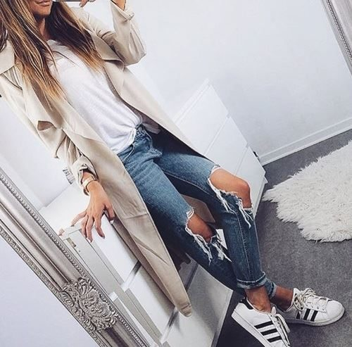 tenisky s elegantním kabátem