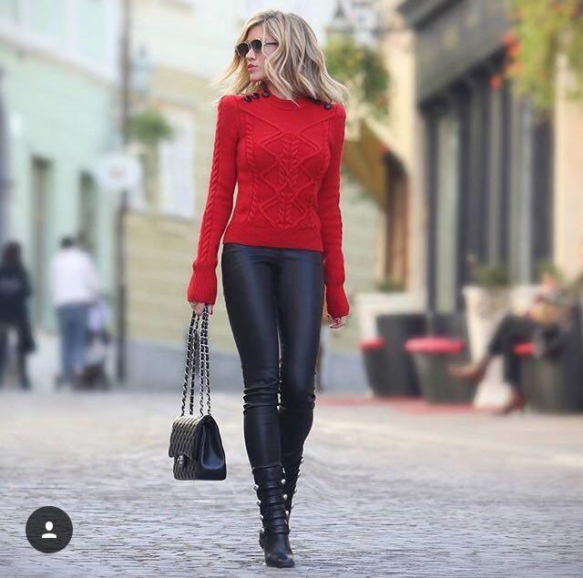 červený svetr s koženkovými kalhotami