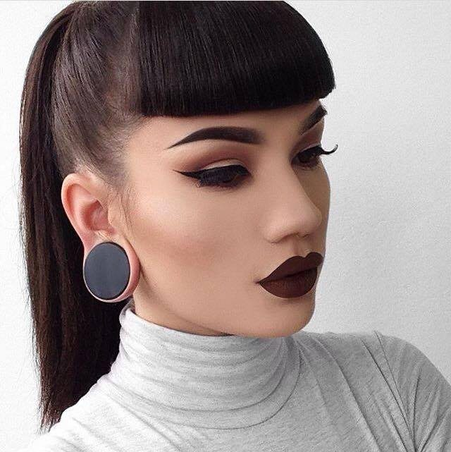falešný plug do ucha ženy