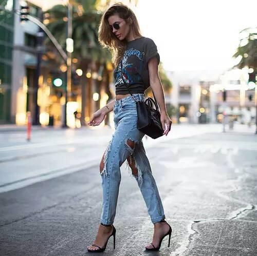 roztrhané džíny s podpatky
