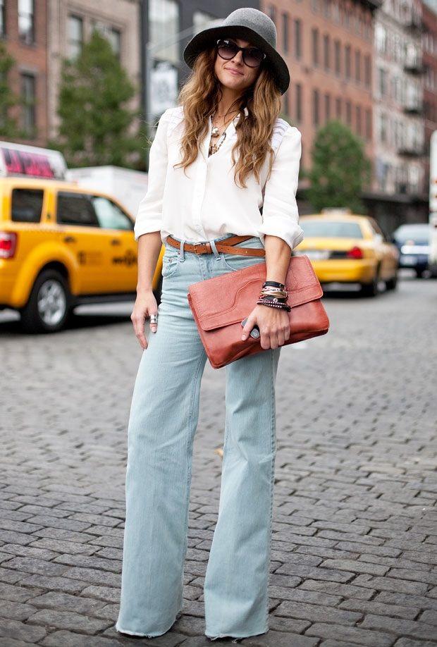 zvonové džíny s podkasanou košilí