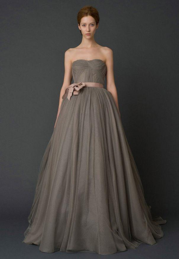 šedé svatební šaty nevěsta