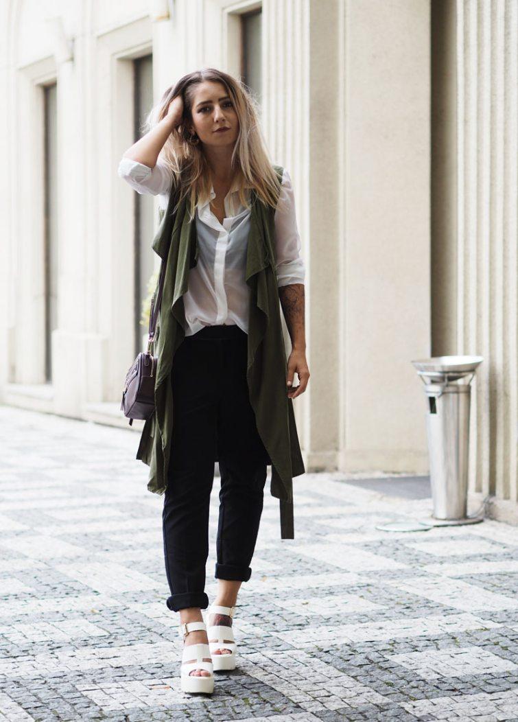 Dominika Lukášová v černých kalhotech, lodičkách a dlouhé vestě