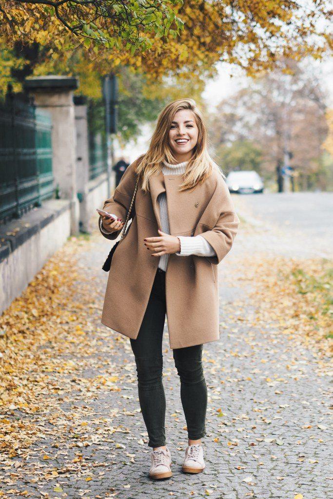Dominika Pokludová v hnědé oversize kabátu
