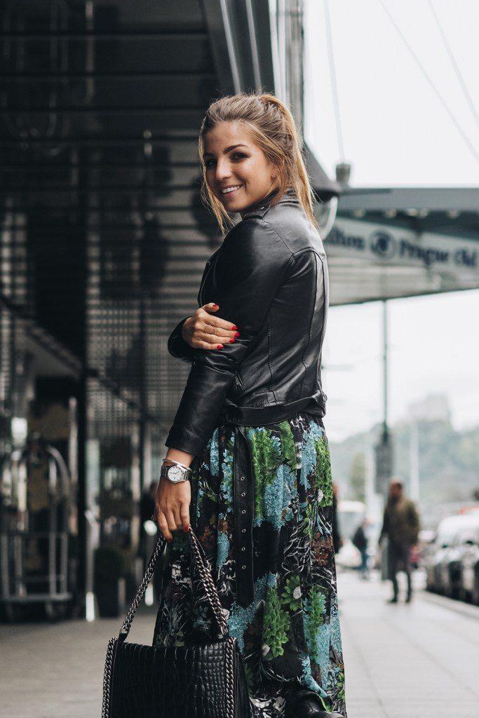Dominika Pokludová v černém křiváku a zelené sukni