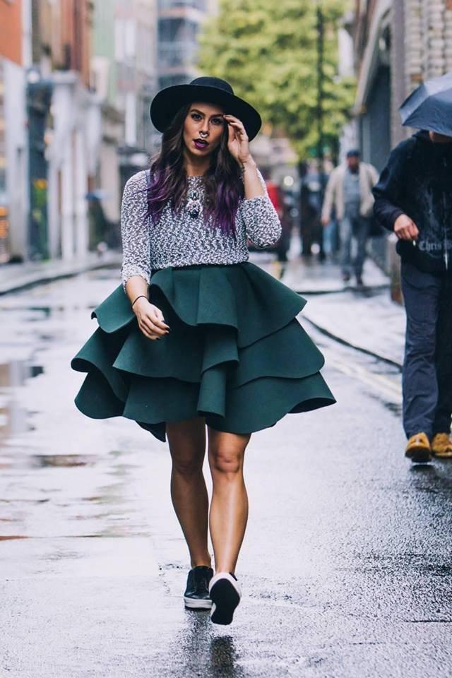 Natalia Homola v obří zelené sukni