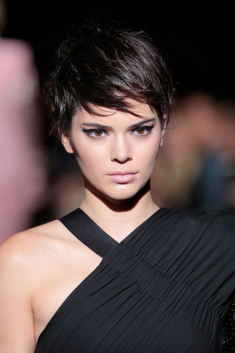 kratký pixie účes pro ženy trend