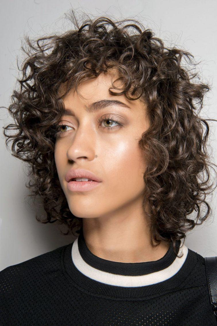 kudrnaté vlasy účesy dámské tmavé