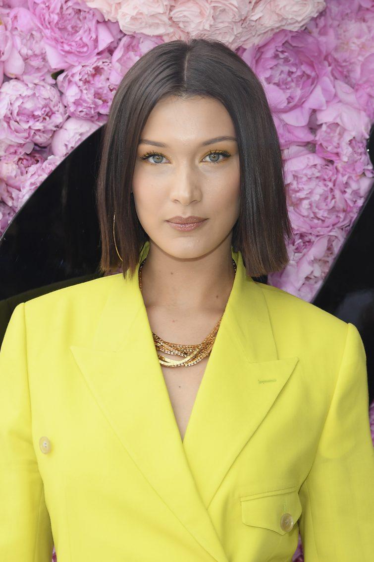 polodlouhé vlasy účesy pro ženy 2020