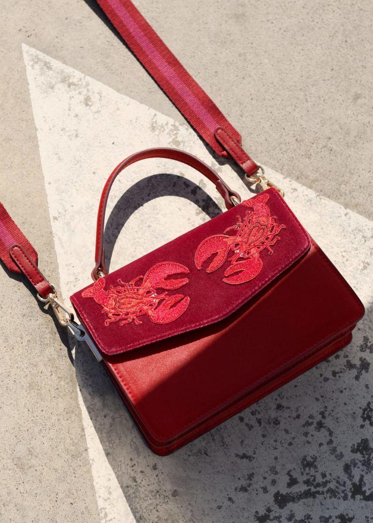 červená kabelka vzorovaná