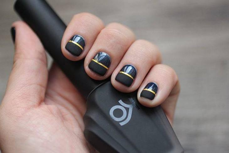 Černé nehty se zlatými proužky